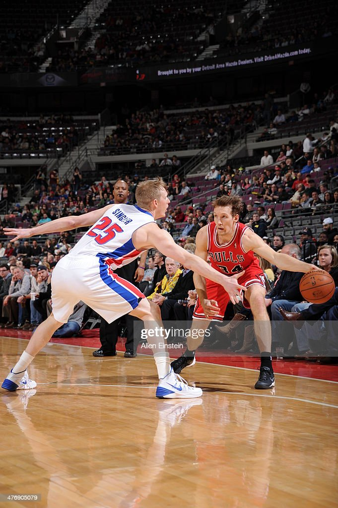 <a gi-track='captionPersonalityLinkClicked' href=/galleries/search?phrase=Mike+Dunleavy&family=editorial&specificpeople=201802 ng-click='$event.stopPropagation()'>Mike Dunleavy</a> #34 of the Chicago Bulls looks to pass the ball against the Detroit Pistons during the game on March 5, 2014 at The Palace of Auburn Hills in Auburn Hills, Michigan.