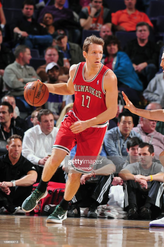 Mike Dunleavy #17 of the Milwaukee Bucks dribbles up the floor against the Phoenix Suns on January 17, 2013 at U.S. Airways Center in Phoenix, Arizona.