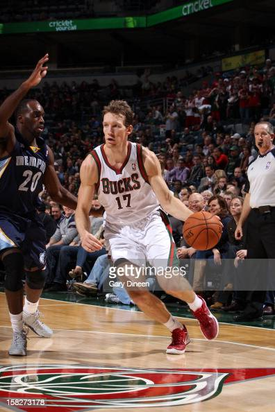 Mike Dunleavy of the Milwaukee Bucks drives to the basket while guarded by Quincy Pondexter of the Memphis Grizzlies on November 6 2012 at the BMO...