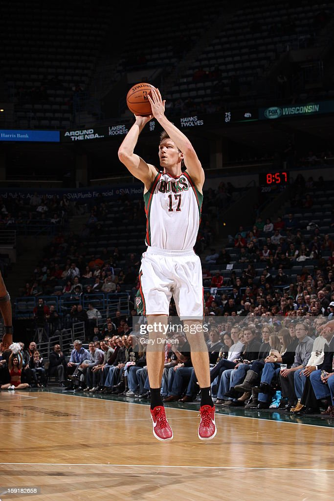 Mike Dunleavy #17 of the Milwaukee Bucks shoots a jump shot against the Phoenix Suns on January 8, 2013 at the BMO Harris Bradley Center in Milwaukee, Wisconsin.