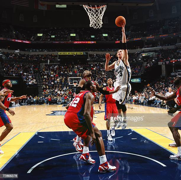 Mike Miller of the Memphis Grizzlies shoots a layup over Cuttino Mobley and Elton Brand of the Los Angeles Clippers during a game at the FedExForum...