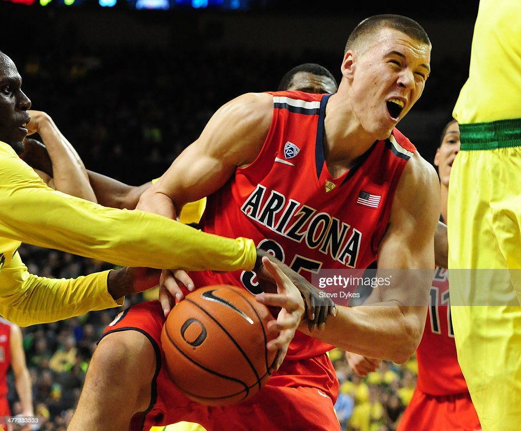 Mike Moser #0 of the Oregon Ducks slaps the ball away from <a gi-track='captionPersonalityLinkClicked' href=/galleries/search?phrase=Kaleb+Tarczewski&family=editorial&specificpeople=8047518 ng-click='$event.stopPropagation()'>Kaleb Tarczewski</a> #35 of the Arizona Wildcats during the second half of the game at Matthew Knight Arena on March 8, 2014 in Eugene, Oregon. Oregon won the game 64-57.