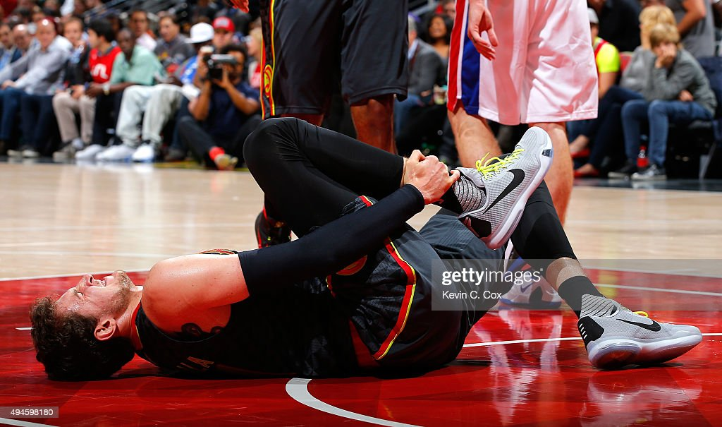 <a gi-track='captionPersonalityLinkClicked' href=/galleries/search?phrase=Mike+Muscala&family=editorial&specificpeople=7563430 ng-click='$event.stopPropagation()'>Mike Muscala</a> #31 of the Atlanta Hawks reacts after injuring himself against the Detroit Pistons at Philips Arena on October 27, 2015 in Atlanta, Georgia. NOTE TO USER User expressly acknowledges and agrees that, by downloading andor using this photograph, user is consenting to the terms and conditions of the Getty Images License Agreement.