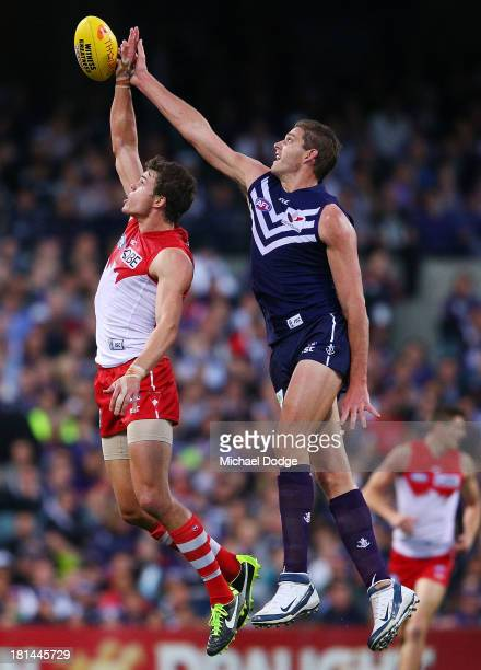 Mike Pyke of the Swans and Aaron Sandilands of the Dockers contest for the ball during the AFL Second Preliminary Final match between the Fremantle...