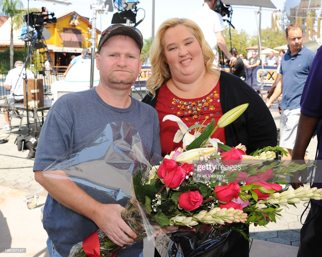 """Celine Dion, Vanessa Lachey, And June """"Mama June"""" Shannon And Mike """"Sugar Bear"""" On """"Extra"""""""