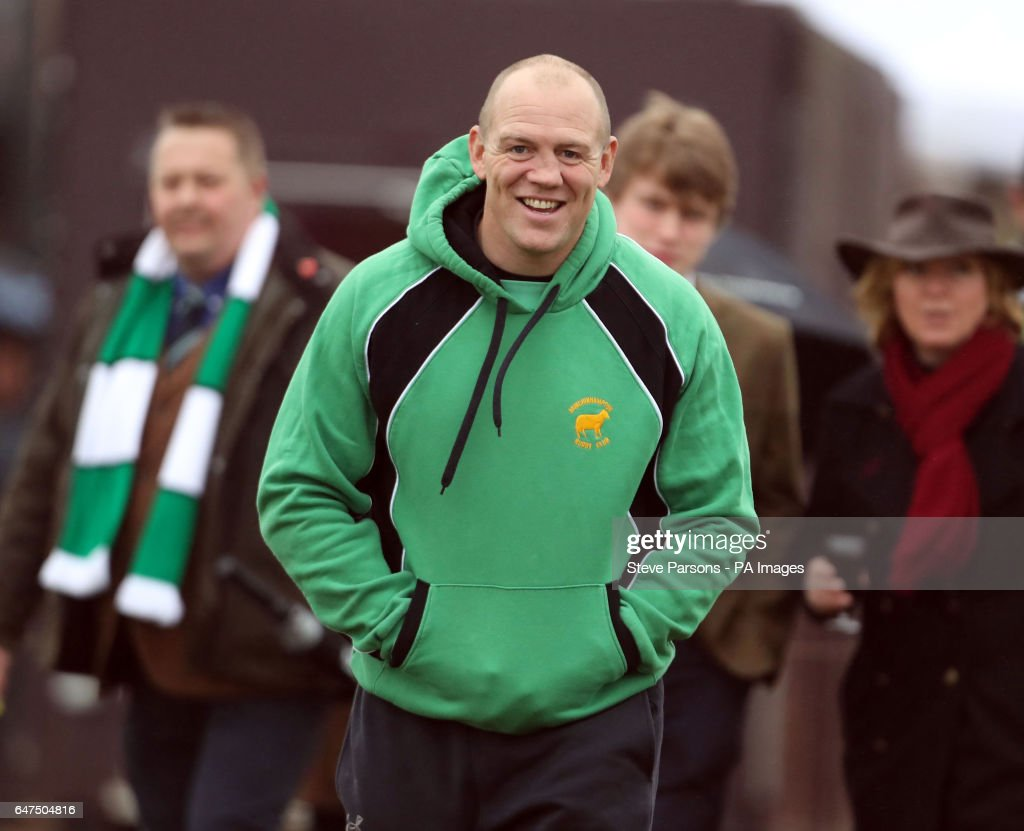 mike-tindall-gets-ready-to-play-in-a-friendly-game-during-a-visit-by-picture-id647504816