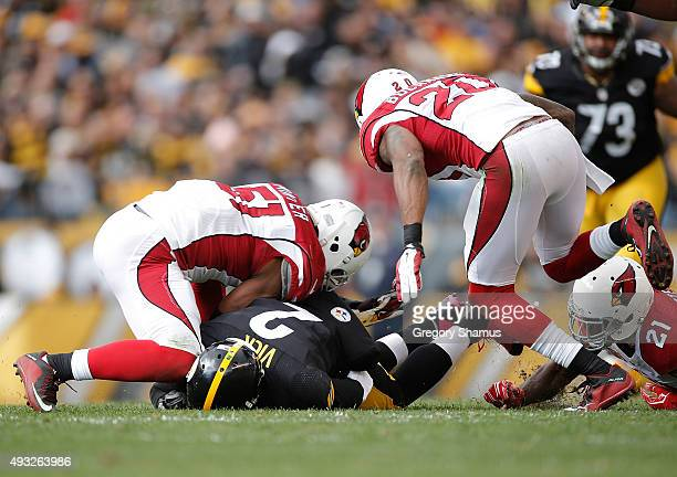 Mike Vick of the Pittsburgh Steelers gets a knee to the head from Kevin Minter of the Arizona Cardinals after sliding to the ground during the 2nd...