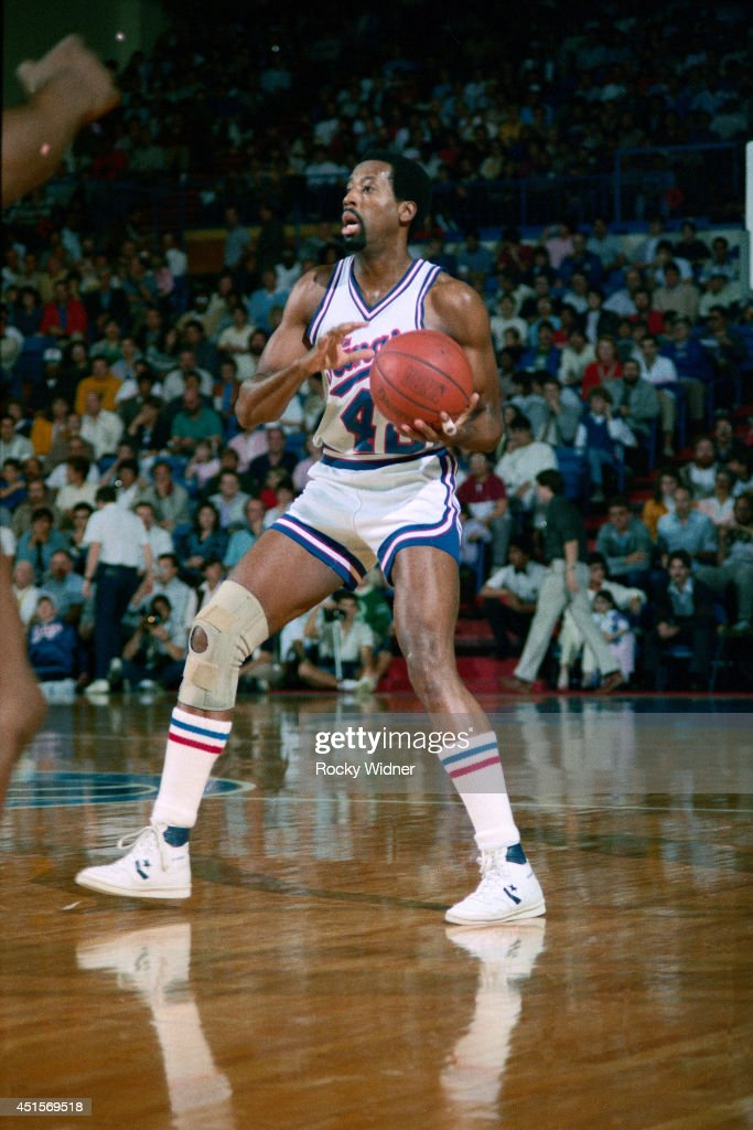 Mike Woodson of the Sacramento Kings handles the ball against the Golden State Warriors at ARCO Arena in Sacramento California NOTE TO USER User...