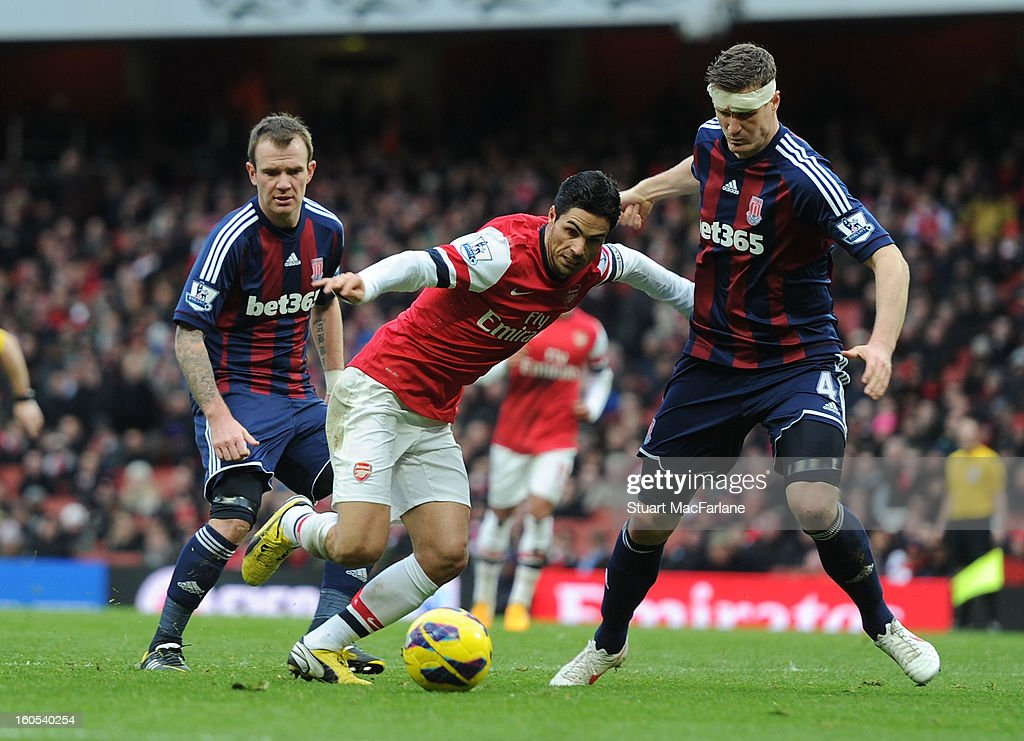 <a gi-track='captionPersonalityLinkClicked' href=/galleries/search?phrase=Mikel+Arteta&family=editorial&specificpeople=235322 ng-click='$event.stopPropagation()'>Mikel Arteta</a> of Arsenal challenged by <a gi-track='captionPersonalityLinkClicked' href=/galleries/search?phrase=Robert+Huth&family=editorial&specificpeople=206878 ng-click='$event.stopPropagation()'>Robert Huth</a> of Stoke during the Barclays Premier League match between Arsenal and Stoke City at Emirates Stadium on February 02, 2013 in London, England.