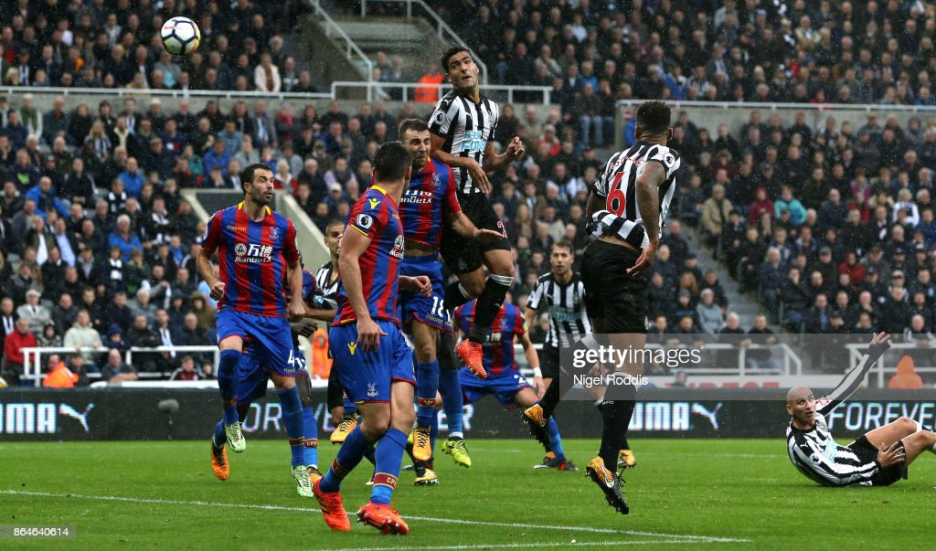 Mikel Merino of Newcastle United scores the first goal during the Premier League match between Newcastle United and Crystal Palace at St. James Park on October 21, 2017 in Newcastle upon Tyne, England.