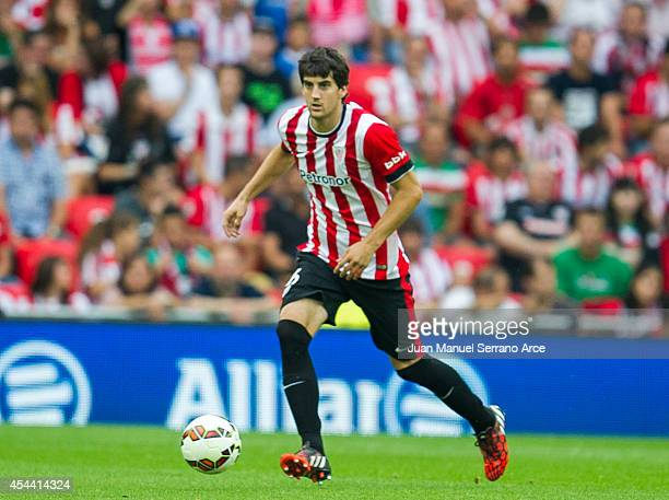 Mikel San Jose of Athletic Club BilbaoÊcontrols the ball during the La Liga match between Athletic Club and Levante UD at San Mames Stadium on August...