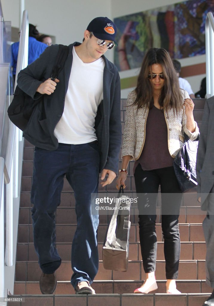 Mila Kunis and Ashton Kutcher arrive at LAX (Los Angeles International Airport). on September 29, 2013 in Los Angeles, California.