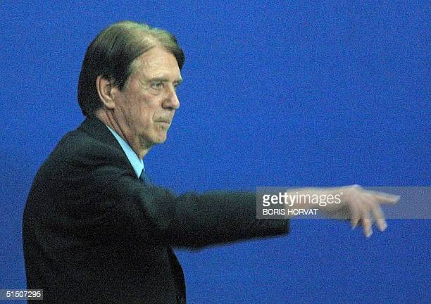 Milan AC's new coach Cesare Maldini directs his team 21 March 2001 during a match against English team Fulham FC at Marseille's indoor soccer...