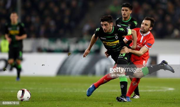 Milan Badelj of Fiorentina holds Lars Stindl of Moenchengladbach during the UEFA Europa League Round of 32 first leg match between Borussia...