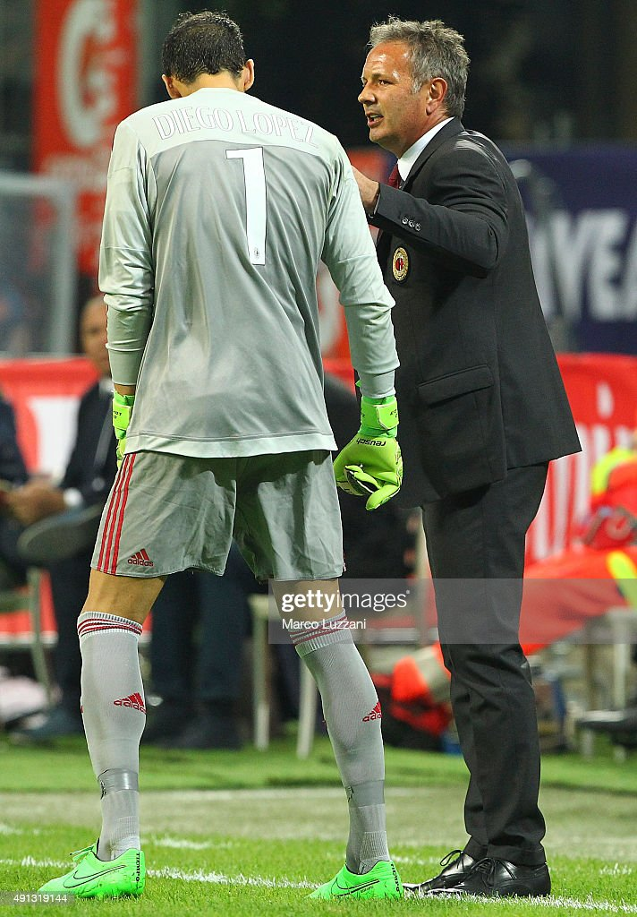 AC Milan coach Sinisa Mihajlovic issues instructions to his player Diego Lopez during the Serie A match between AC Milan and SSC Napoli at Stadio Giuseppe Meazza on October 4, 2015 in Milan, Italy.