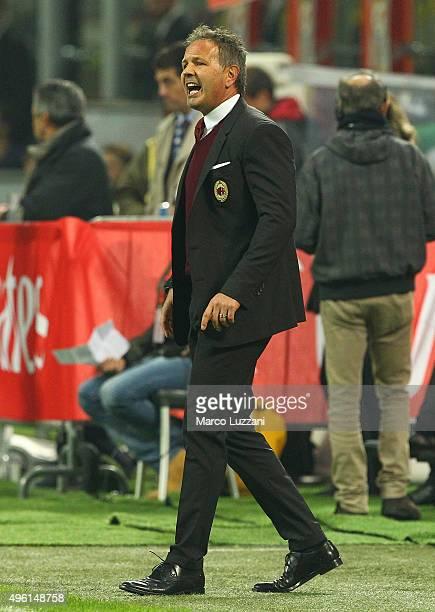 Milan coach Sinisa Mihajlovic shouts to his players during the Serie A match between AC Milan and Atalanta BC at Stadio Giuseppe Meazza on November 7...