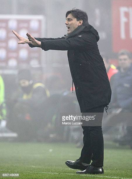 Milan coach Vincenzo Montella shouts to his players during the Serie A match between AC Milan and Atalanta BC at Stadio Giuseppe Meazza on December...