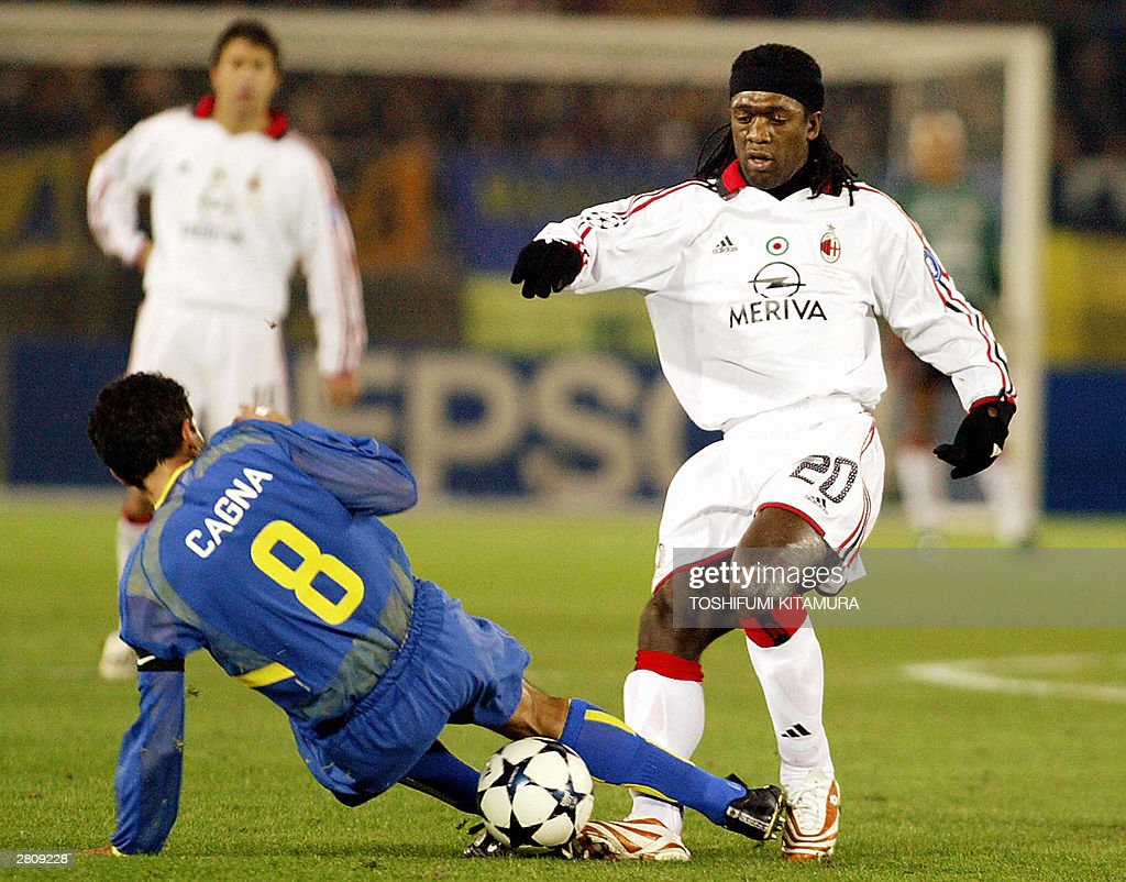Milan midfielder Clarence Seedorf fights against Argentina's Boca Juniors midfielder Diego Cagna over the ball during the Toyota Cup European/South...