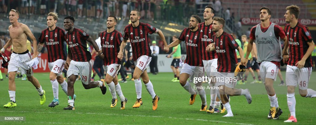 AC Milan players celebrate the victory at the end of the Serie A match between AC Milan and Cagliari Calcio at Stadio Giuseppe Meazza on August 27, 2017 in Milan, Italy.