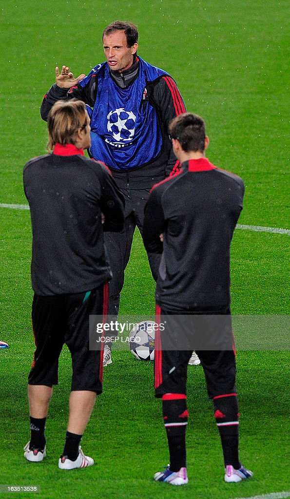 AC Milan's coach Massimiliano Allegri (C) talks to his players during a training session at the Camp Nou stadium in Barcelona on March 11, 2013, on the eve of the UEFA Champions League football match FC Barcelona vs AC Milan.