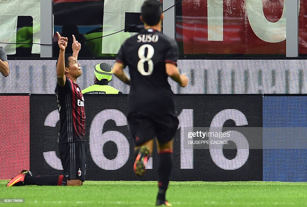 AC Milan's Colombian forward Carlos Bacca (L) celebrates after scoring a goal during the Italian Serie A football match between AC Milan and SS Lazio at the San Siro Stadium in Milan, on September 20, 2016. / AFP / GIUSEPPE