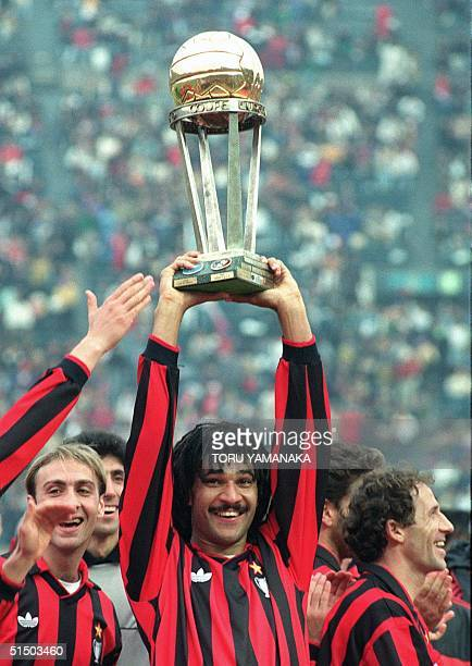 Milan's Dutch forward Ruud Gullt smiles as he holds up the trophy after his team won the 11th Toyota Soccer Cup 09 December 1990 in Tokyo beating...