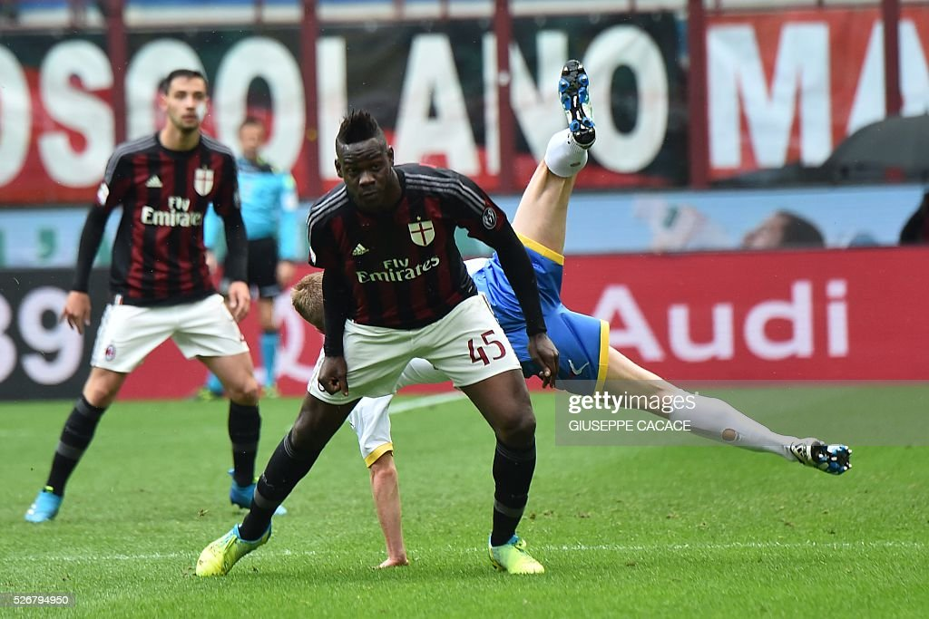 AC Milan's forward from Italy Mario Balotelli (Front) fights for the ball with Frosinone's defender from Italy Matteo Ciofani during the Italian Serie A football match AC Milan vs Frosinone at 'San Siro' Stadium in Milan on May 1, 2016. / AFP / GIUSEPPE