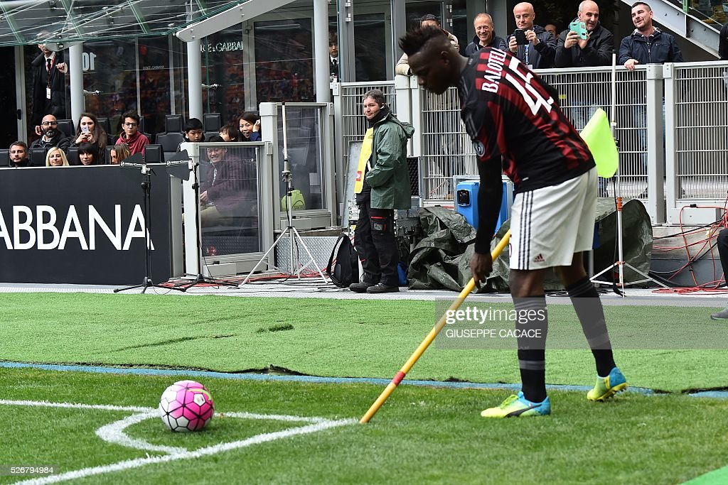 AC Milan's forward from Italy Mario Balotelli fixes the corner flag during the Italian Serie A football match AC Milan vs Frosinone at 'San Siro' Stadium in Milan on May 1, 2016. / AFP / GIUSEPPE