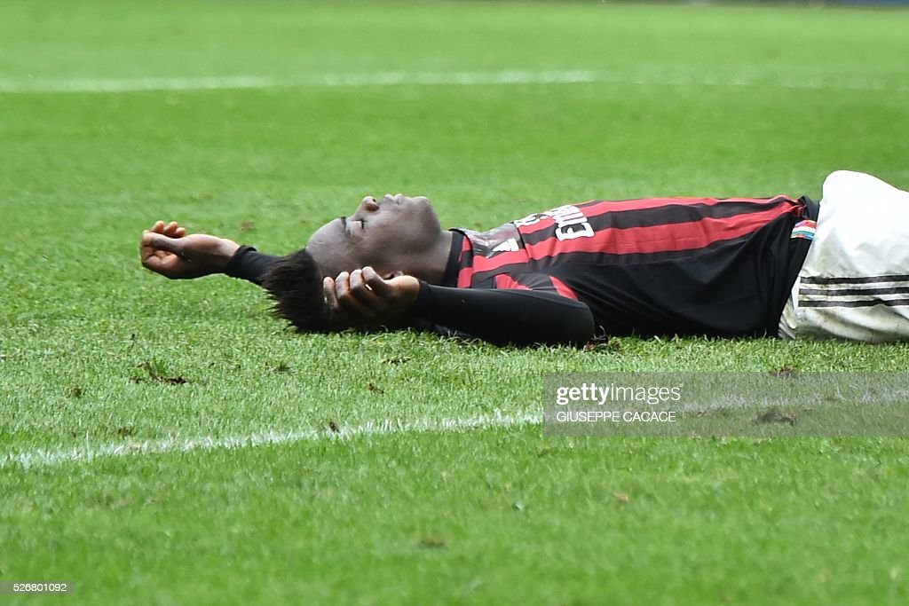 AC Milan's forward from Italy Mario Balotelli reacts after he fails to score a penalty during the Italian Serie A football match AC Milan vs Frosinone at 'San Siro' Stadium in Milan on May 1, 2016. / AFP / GIUSEPPE