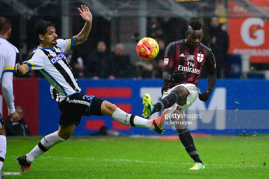 AC Milan's Italian forward Mario Balotelli (R) vies for the ball with Udinese's Greek midfielder Panagiotis Kone during the Italian Serie A football match between AC Milan and Udinese at San Siro Stadium in Milan on February 7, 2016. / AFP / OLIVIER MORIN
