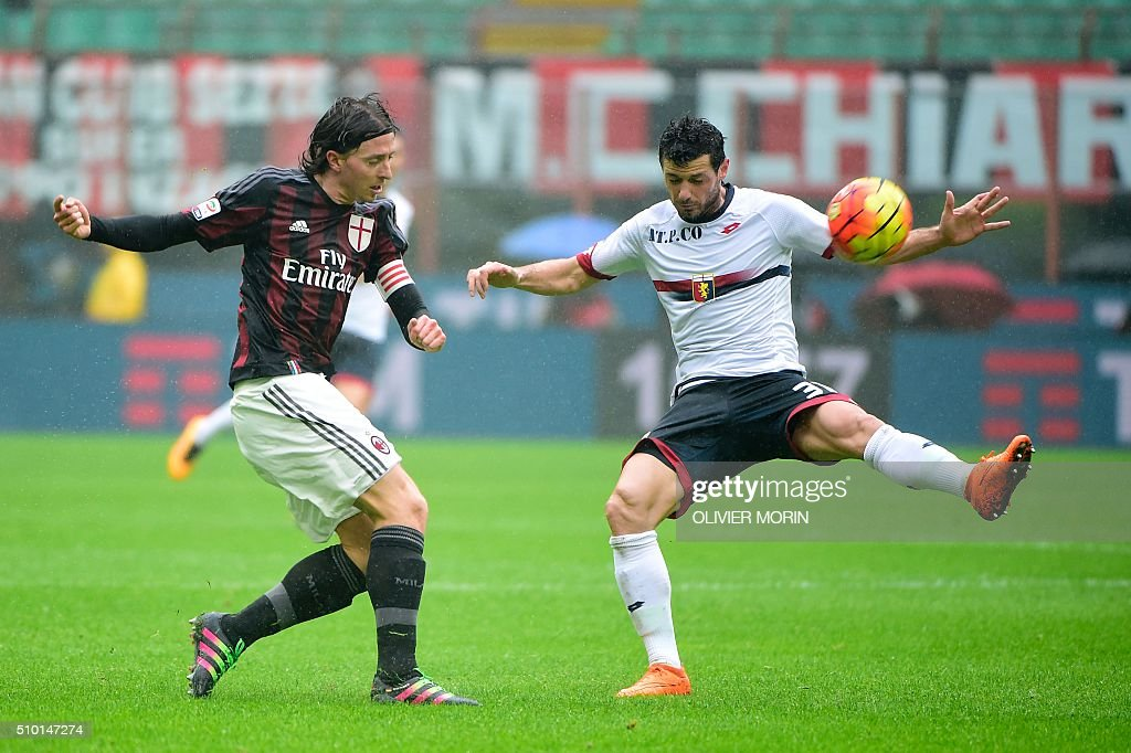 AC Milan's midfielder from Italy Riccardo Montolivo (L) fights for the ball with Genoa's midfielder from Serbia Darko Lazovic during the Italian Serie A football match AC Milan vs Genoa on February 14, 2016 at the San Siro Stadium stadium in Milan. / AFP / OLIVIER MORIN