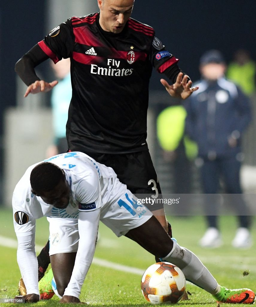AC Milan's midfielder Luca Antonelli (TOP) fights for the ball with Rijeka's forward Maxwell Acosty during the UEFA Europa League Group D football match between HNK Rijeka and AC Milan at The Rujevica Stadium in Rijeka on December 7, 2017. /