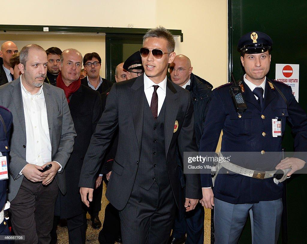 s et images de AC Milan New Signing Keisuke Honda Arrives In
