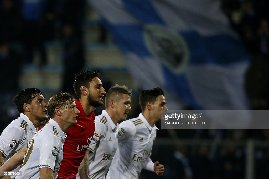 AC Milan's players celebrate at the end of the Italian Serie A football match between Empoli and AC Milan on November 26, 2016 at the Carlo Castellani Stadium in Empoli. / AFP / MARCO