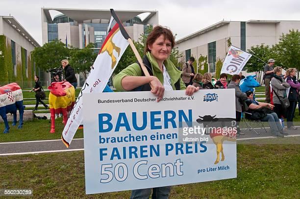 Milchbauern aus ganz Europa demonstrieren am vor dem Bundeskanzleramt Anlass sind die aktuellen Verhandlungen zwischen EUParlament Mitgliedstaaten...