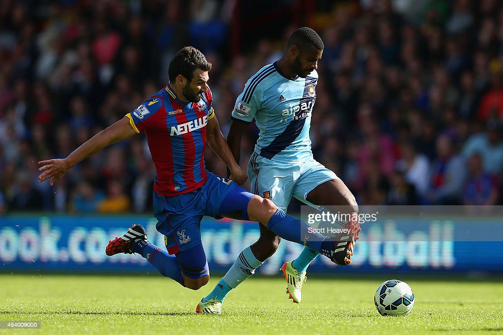 <a gi-track='captionPersonalityLinkClicked' href=/galleries/search?phrase=Mile+Jedinak&family=editorial&specificpeople=3123629 ng-click='$event.stopPropagation()'>Mile Jedinak</a> of Crystal Palace tackles Ricard Vaz Te of West Ham during the Barclays Premier League match between Crystal Palace and West Ham United at Selhurst Park on August 23, 2014 in London, England.