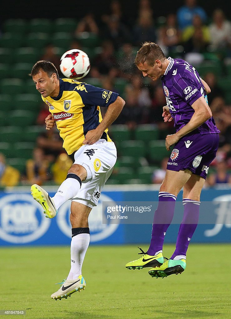 <a gi-track='captionPersonalityLinkClicked' href=/galleries/search?phrase=Mile+Sterjovski&family=editorial&specificpeople=226701 ng-click='$event.stopPropagation()'>Mile Sterjovski</a> of the Mariners and Michael Thwaite of the Glory contest for the ball during the round seven A-League match between Perth Glory and the Central Coast Mariners at nib Stadium on November 23, 2013 in Perth, Australia.