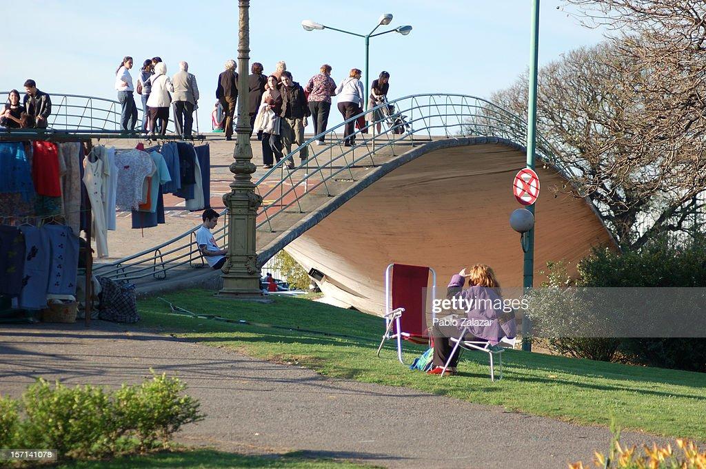 Miles y miles de personas pasan sobre este puente. No creo que todos se paren sobre el para ver a sus costados...