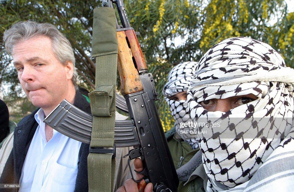 للمقاومة الفلسطينية 2001 militants-stand-with
