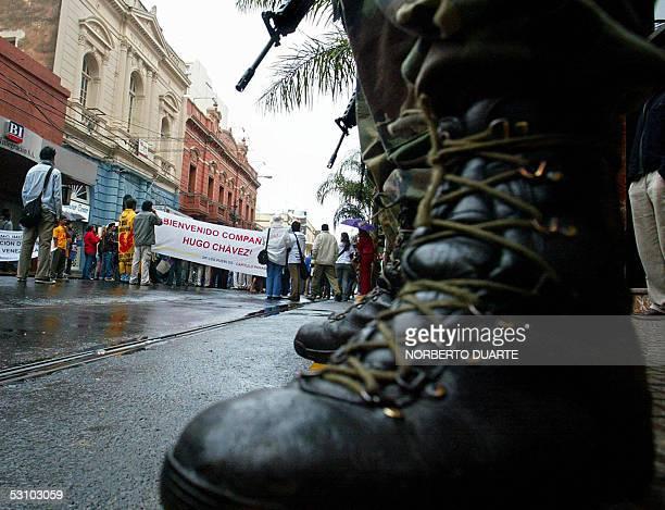 Militares paraguayos custodian el hotel donde el presidente venezolano Hugo Chavez se hospedara en Asuncion mientras simpatizantes al mandatario lo...