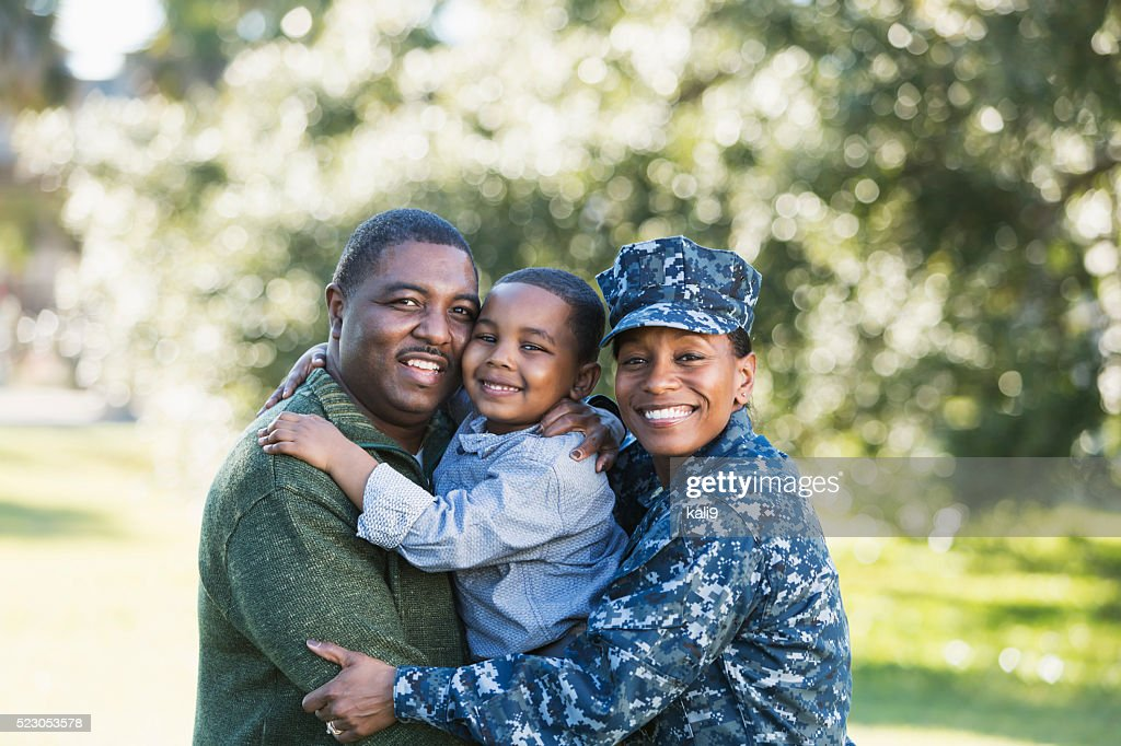 Military homecoming, navy servicewoman with family : Stock Photo