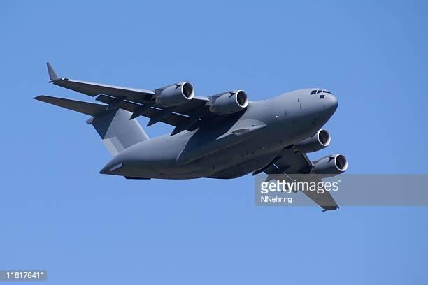 Armée jet Avion-cargo C17 Globemaster voler dans le ciel bleu