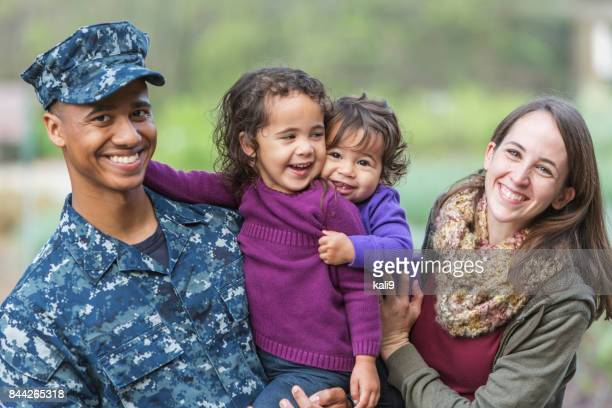 Hombre militar de Estados Unidos con la familia