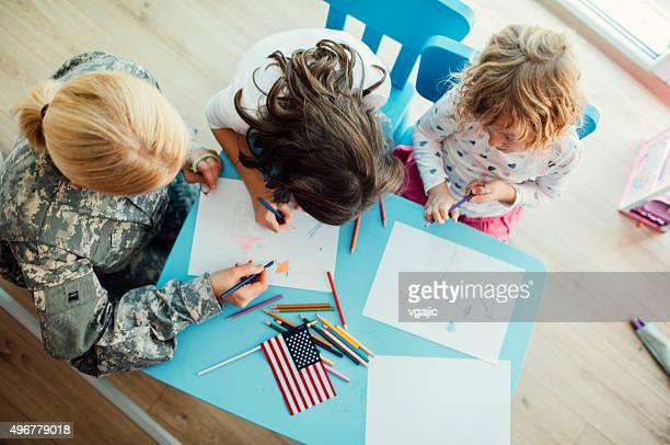 Militare mamma da colorare con i suoi figli.