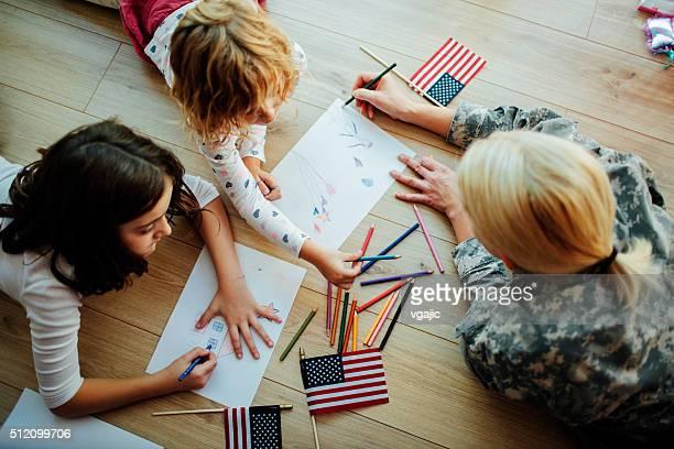 Coloriage militaire mère avec ses enfants.