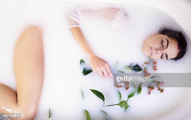 Bain de lait laisse votre peau douce, ressourcée et nourrie
