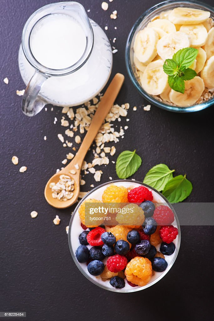 milk with chia seeds and berries : Stockfoto