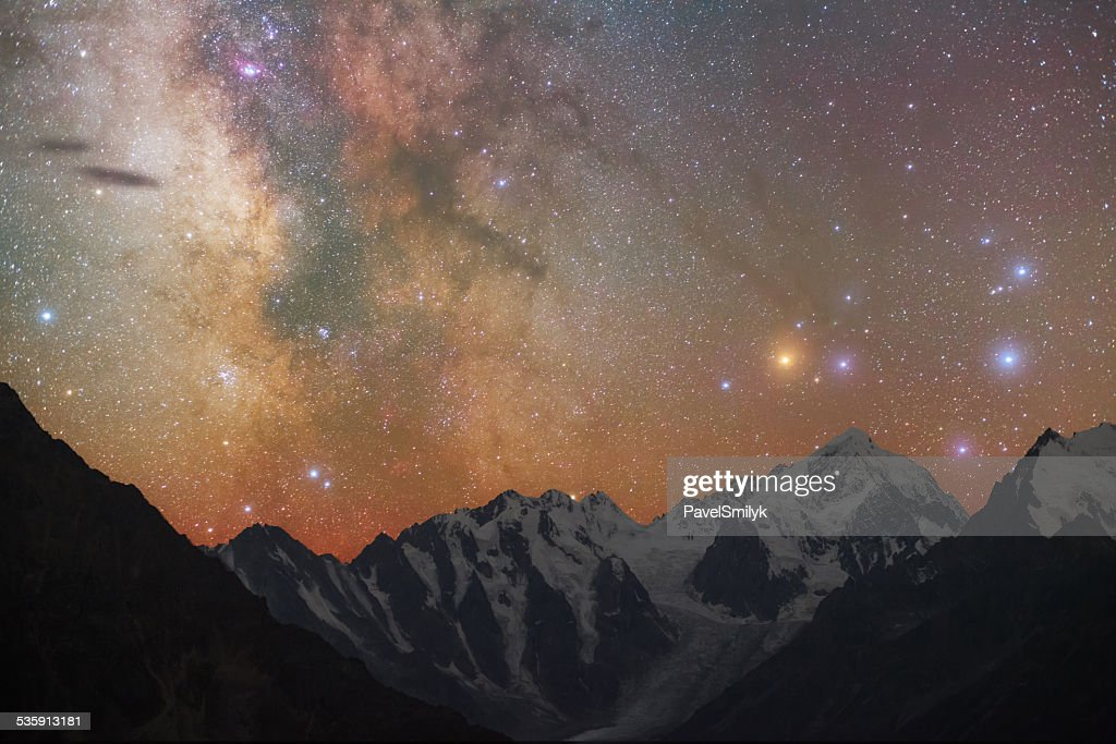 Milky way a las montañas : Foto de stock