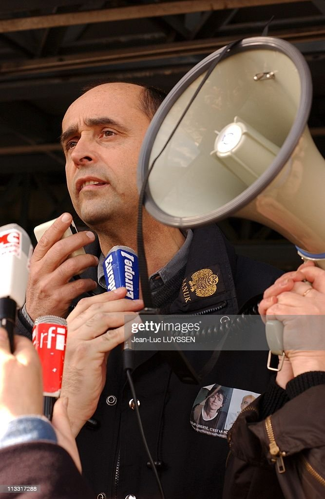 'Mille Fanfares Pour Florence Et Hussein', National Movement Of Brass Band For The Release Of French Journalist <a gi-track='captionPersonalityLinkClicked' href=/galleries/search?phrase=Florence+Aubenas&family=editorial&specificpeople=3974602 ng-click='$event.stopPropagation()'>Florence Aubenas</a> And Her Guide Hussein Hanoun Kidnapped In Iraq On March 12Th, 2005 In Paris, France - In Paris, Meeting Taking Part In The National Movement 'Mille Fanfares Pour Les Otages' Played At The Villette, Facing Portraits Of The Two Hostages - <a gi-track='captionPersonalityLinkClicked' href=/galleries/search?phrase=Robert+Menard&family=editorial&specificpeople=554783 ng-click='$event.stopPropagation()'>Robert Menard</a> (Reporters Sans Frontieres).