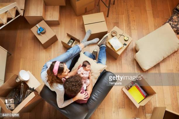 Parents millénaires vers un nouvel appartement.